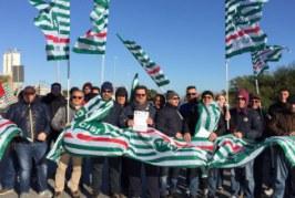 Eni, la protesta si allarga a Siracusa: in strada gli operai del petrolchimico di Priolo Gargallo