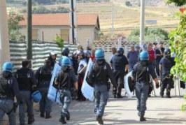 Licata, scontri tra abusivi e polizia: funzionario della questura aggredito, cinque arresti