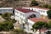 Il centro di accoglienza di Lampedusa in fiamme, migrante intossicato