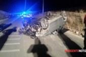Auto sbatte contro un muretto e si ribalta, tre giovani in ospedale