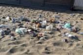 Plaia, spiaggia libera da incubo tra rifiuti e amianto