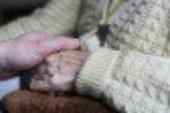 Enna, maltratta la madre anziana e cerca di far licenziare la badante: allontanata