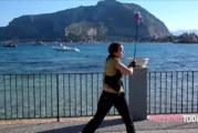 Domenica di sole a Mondello, artista di strada incanta tutti VIDEO
