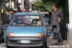 Enzo Bianco dichiara guerra ai lavavetri abusivi