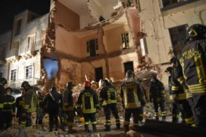 Crolla palazzina a Catania, si cerca una badante tra le macerie