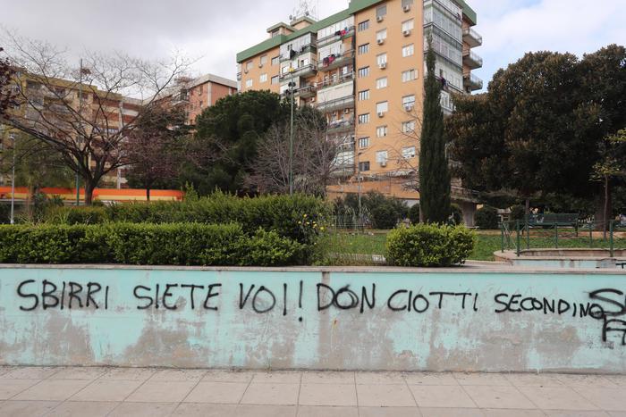"""""""Sbirri siete voi"""", nuove scritte contro Don Ciotti a Palermo"""