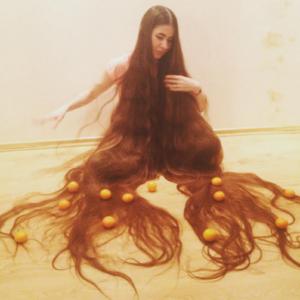"""Non taglia i capelli da vent'anni, ecco le foto della """"Rapunzel"""" 3.0"""