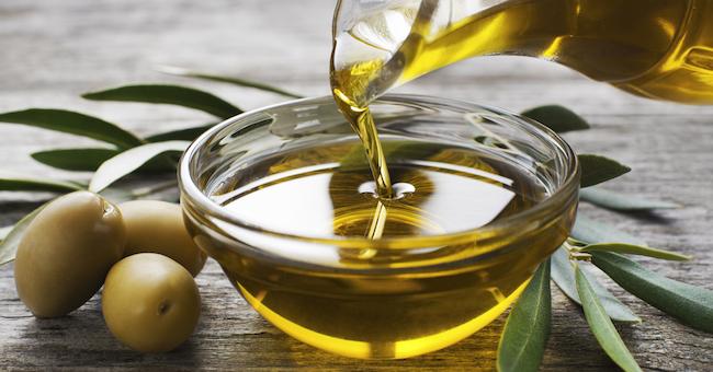 Olio d'oliva. Immergete la punta delle dita fino a coprire bene le unghie in olio d'oliva o in un altro olio vegetale 2 volte al giorno per 20 minuti. Si tratta di un vero e proprio rimedio curativo per le unghie, che contribuisce ad ammorbidire le cuticole.