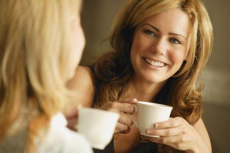 Uno studio dell'Università di Harvard ha scoperto che le donne che bevono almeno due tazze di caffè ogni giorno hanno un umore migliore rispetto a chi non lo fa.