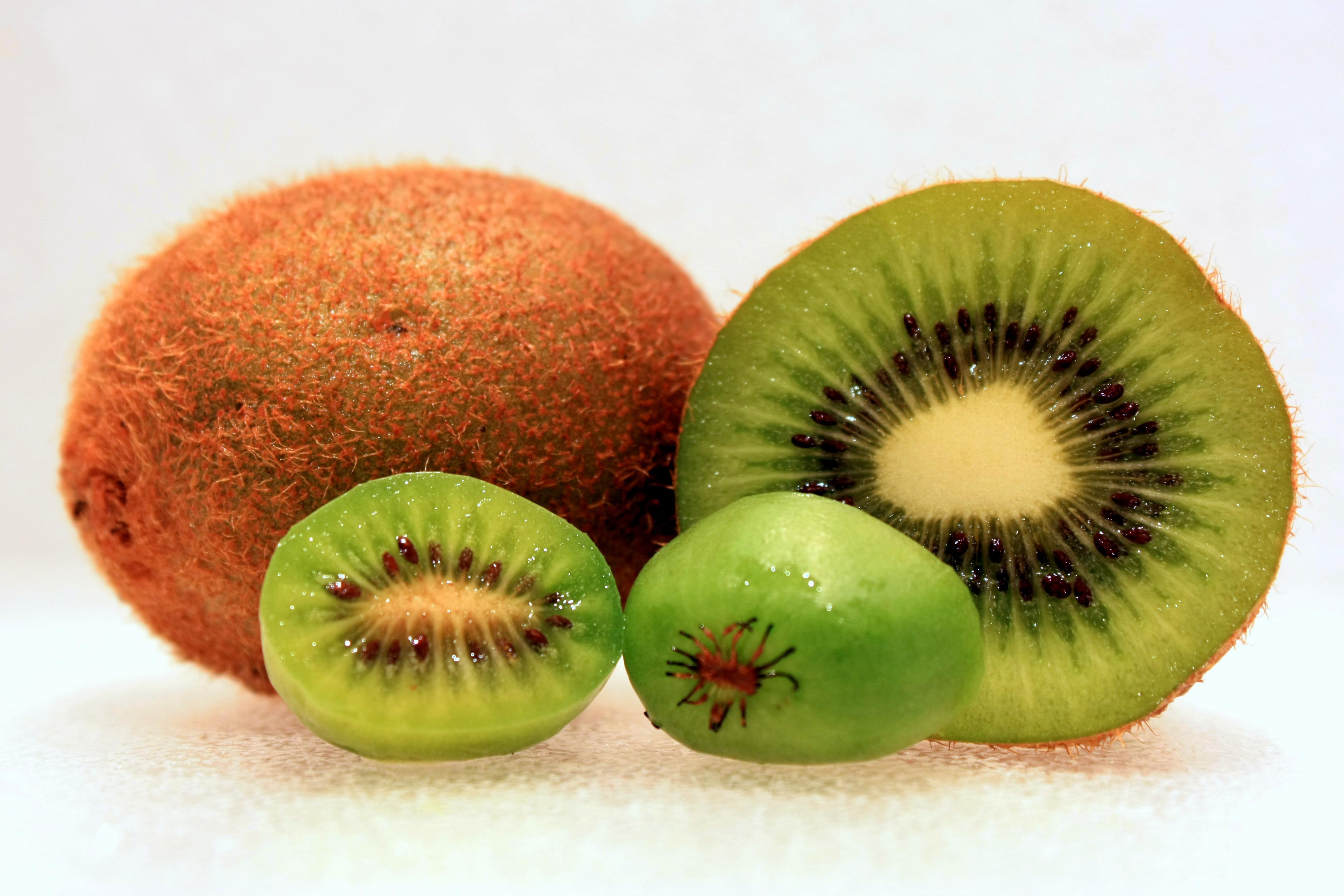 Il kiwi vince il primo premio per quantità di vitamina C contenuta: 85 mg ogni 100 g contro i 50 mg dell'arancia. Inoltre è ricco di vitamine del gruppo B (B1 e B2) e contiene un discreto quantitativo di vitamina E. Ricco di calcio, fosforo e magnesio; ha un alto contenuto di fibre, quindi aiuta a favorire la regolarità intestinale; rinforza il sistema immunitario e ti aiuta a prevenire influenza e malanni stagionali; migliora la funzionalità cardiaca (grazie al contenuto di acidi grassi come gli Omega-3); riduce i livelli di colesterolo cattivo e regolarizza la pressione arteriosa; favorisce la concentrazione e rinforza i muscoli; è consigliato in gravidanza, in quanto favorisce l'assorbimento dell'acido folico, indicato contro le malformazioni della spina bifida o l'anencefalia; è ricco di sodio e potassio, minerali che agiscono sulla contrazione muscolare e aiutano a prevenire i crampi, per questo è molto indicato per gli sportivi. Il kiwi è anche un antirughe naturale: ridona luminosità ed elasticità alla pelle e, grazie alla sua azione antiossidante, la aiuta a restare giovane.