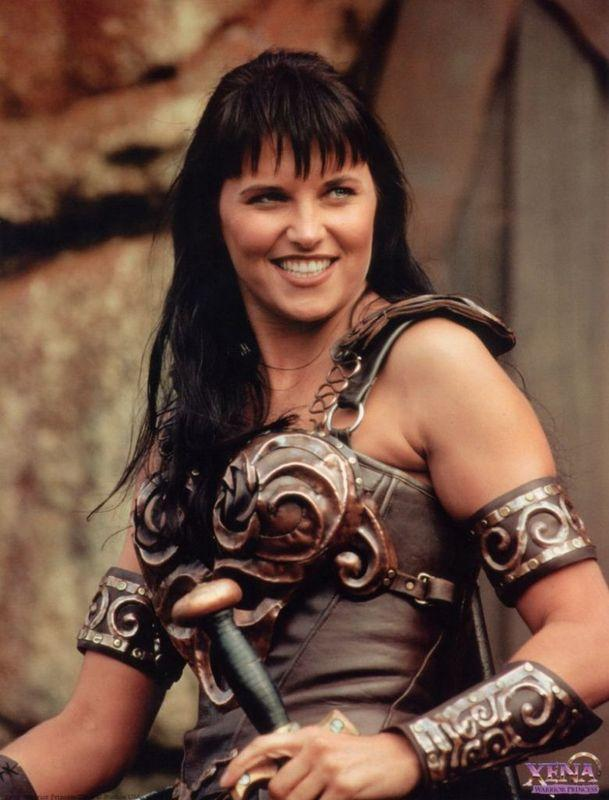 Xena la principessa guerriera – Si tratta di una delle serie mitologiceh piú seguite degli anni '90. Lo Spin Off di Hercules, ambientato nell'antica Grecia che, con un po' di imprecisioni, racconta la storia di Xena. Ecco com'é diventata oggi l'attrice che interpretó il ruolo Lucy Lawless. SFOGLIA LA GALLERY PER VEDERE LE FOTO Xena la principessa guerriera – L'attrice oggi La principessa Xena combatteva in giro per il mondo per aiutare la gente e redimere i propri peccati. Il ruolo é stato magistralmente interpetato dall'attrice Lucy Lawless. Considerata da People una delle 50 donne piM belle di tutto il