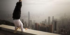 Yoga estremo, i posti più strani al mondo dove praticarlo