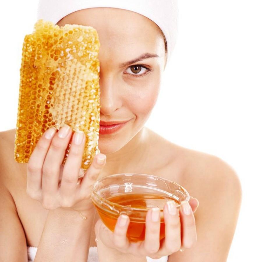 Applica il miele grezzo. Si tratta di una sostanza dalle proprietà antibatteriche e antinfiammatorie che la rendono ottima per il tuo scopo; cerca un prodotto che sia totalmente naturale e grezzo.