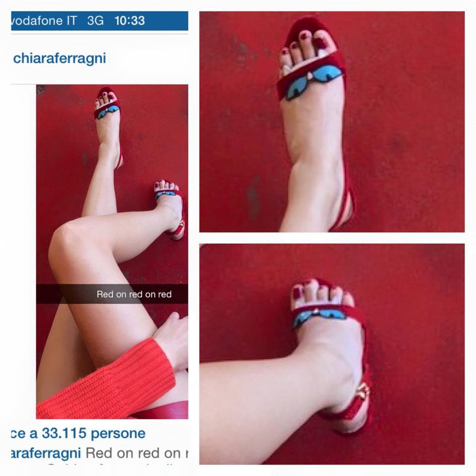 """Questi piedi da """"hobbit"""" appartengono proprio a lei, la fashion blogger piú amata del momento. Avete capito di chi stiamo parlando? Si tratta proprio di lei, Chiara Ferragni. Ecco cosa si é inventato Il Corriere proprio in merito ai piedi di cui tutti parlano al momento. Qualcosa di davvero esilarante. SFOGLIA LA GALLERY PER VEDERE LE FOTO Questi piedi da """"hobbit"""" – Il tema Chiara Ferragni Oggi il Corriere, in una intervista, ha """"parlato"""" con i famosissimi piedi di Chiara. Esatto proprio loro, quelli a cui, tutti sperano, presto Fedez dedicherá una canzone speciale dopo quella per la proposta di"""