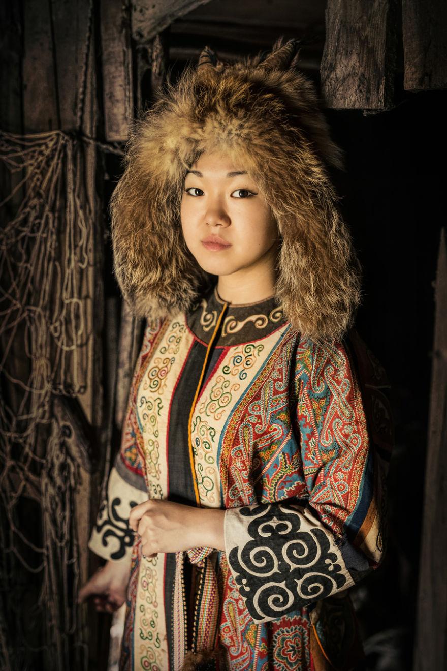 """Ho viaggiato in Siberia per 25000 Km per fotografare le popolazioni indigene, ecco i risultati dopo 6 mesi. Ciao! Sono Alexander Khimushin. Nove anni fa ho messo il mio zaino in spalla per vedere il mondo e sono stato continuamente in giro visitando 84 paesi. Ho realizzato che sono le persone a rendere i luoghi davvero magnifici. Tre anni fa ho avuto l'idea di realizzare un progetto fotografico """"The World In Faces"""" per celebrare la bellezza e la diversità del mondo attraverso dei ritratti di persone comuni. Specialmente da luoghi remoti, dove la cultura e le tradizioni restano vive e"""