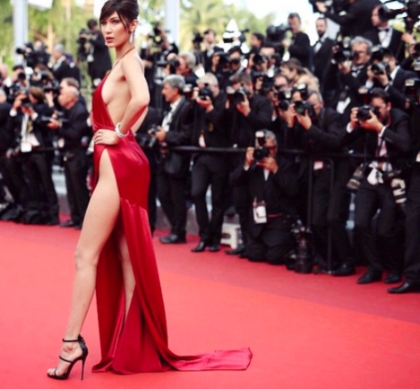 """Bella Hadid è stata """"vittima"""" di un incidente imbarazzante sul red carpet a Cannes. L'abito che indossava non è riuscito a coprire bene la biancheria intima che è diBellae i fotografi non hanno perso l'occasione. Bella Hadid scandalo sul red carpet Al 70esimo Festival del Cinema di Cannes non poteva che capitare qualche incidente hot. Quest'anno la protagonista é stata Bella Hadid, la modella piú in voga del momento. La modella si é presentata sul red carpet con un abito color pesca dallo spacco decisamente vertiginoso. Il vestito, mentre camminava, si é aperto troppo lasciando ben in vista la biancheria"""