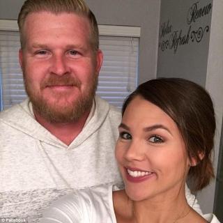 """Vivono in Oklahoma e hanno 5 figli David Brinkley e la moglie Alora. L'uomo a sentire casualmente una conversazione riguardo ai figli che la moglie stava avendo con un'amica. Non è intervenuto sul momento, e successivamente, mentre la donna dormiva con due di loro figli ha scattato una foto, pubblicata poi con un messaggio su Facebook, che sarà condiviso più di 300.000 volte. """"Mia moglie è una 'migliore amica'. Trascorre ore a parlare con TUTTI i suoi amici ea volte mi capita di ascoltarla. Di recente mi è successo di sentirla spiegare a un'amica di una pratica che si chiama"""