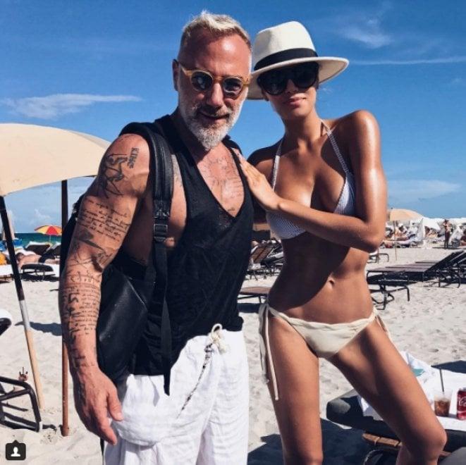Il milionario italiano più celebre sui social torna sulla spiaggia di Miami con un nuovo possibile flirt. Gianluca Vacchi è stato paparazzato mentre si divertiva conAriadna Gutierrez, la miss colombiana incoronata per errore.La corona, ricorderete, è rimasta sulla sua testa solo per pochi minuti. Ecco la gallery