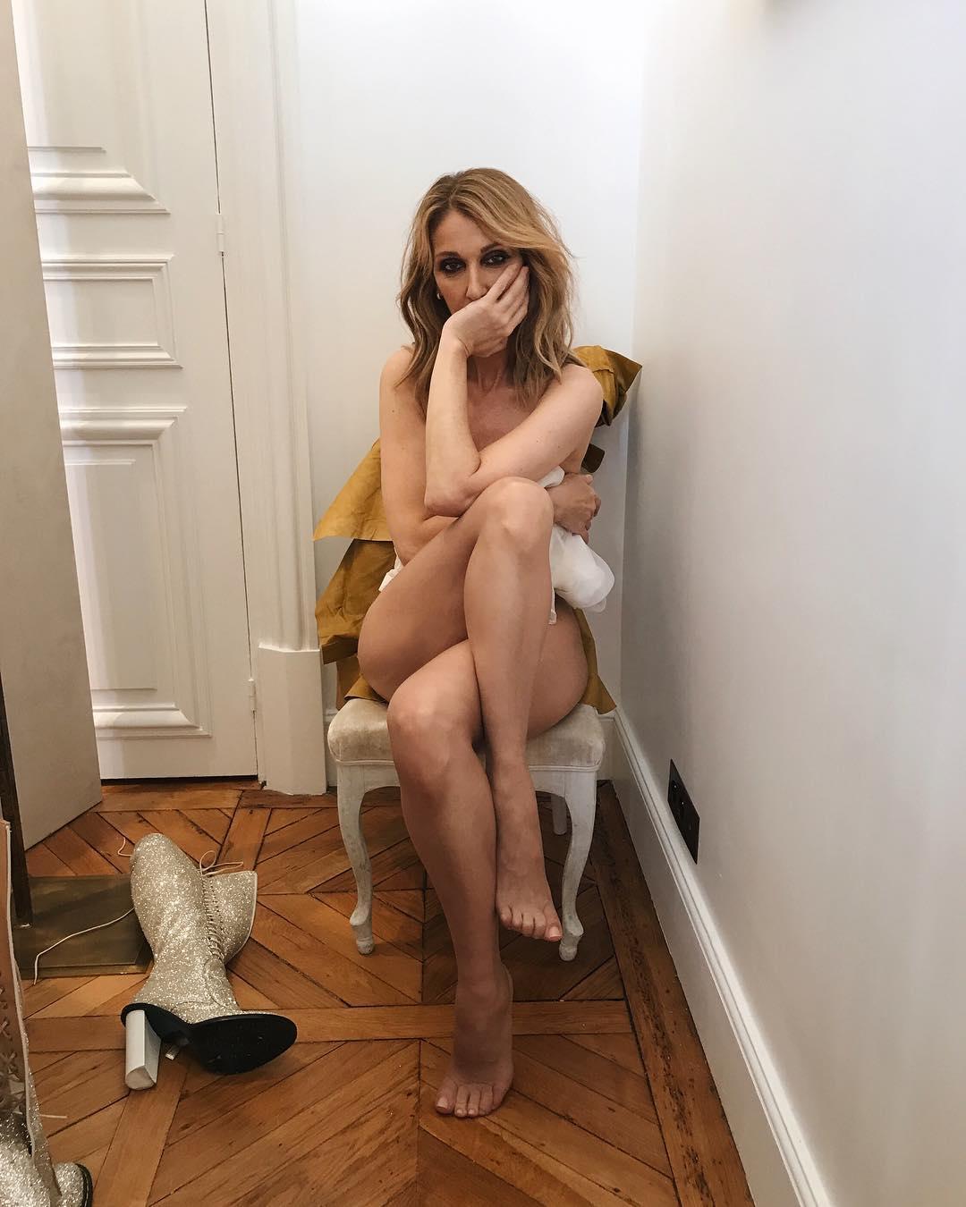 """Celine Dion, icona assoluta della musica pop internazionale, ha posatosenza veli per il magazine""""Vogue"""". Èstata fotografata da Sophia Li per Vogue Francia durante laParis Fashion Week probabilmente durante un cambio d'abito. Celine Dion senza veli, posa nuda per Vogue Lo scatto, pubblicato sul profilo Instagram @voguemagazine, mostra la divacanadese nuda rannicchiata su una sedia con le gambe accavallate e con la mano sul viso.La didascalia spiega che i suoi abiti di scena vengono modificati per adattarsi alle esigenze di Celine. «Ecco alcuni semplici fatti da considerare tutte le volte che Celine Dion si cambia d'abito durante un concerto. Negli ultimi"""