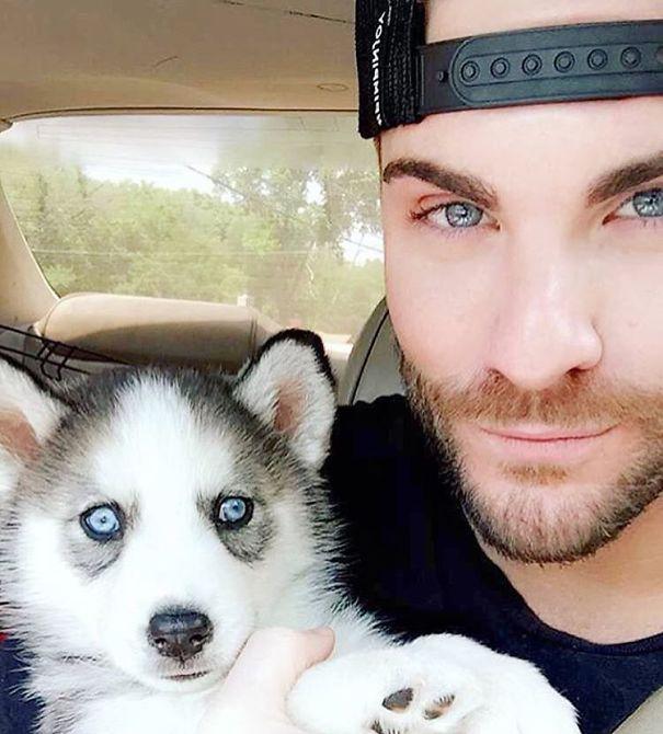 """C'è un account Instagram chiamata """"Hot Dudes With Dogs"""" che mette in mostra un gruppo di uomini (la maggior parte modelli) in posa accanto ai loro compagni cuccioli. GUARDA LA GALLERIA"""