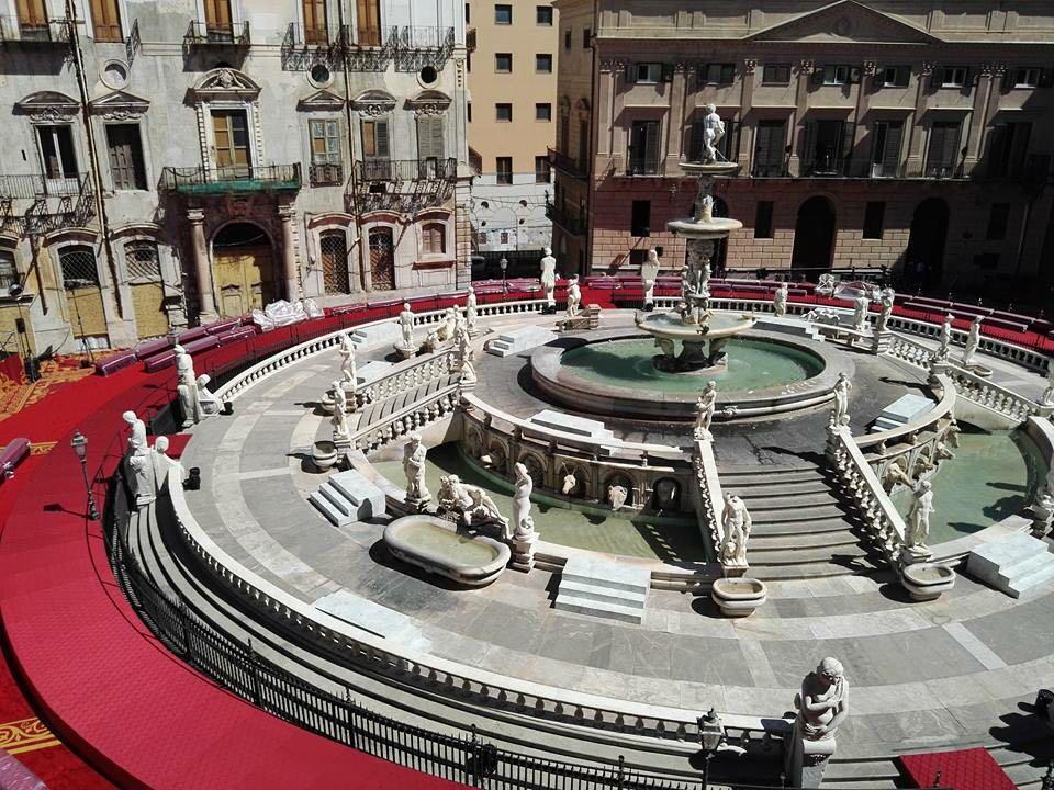 Piazza pretoria pronta per la sfilata
