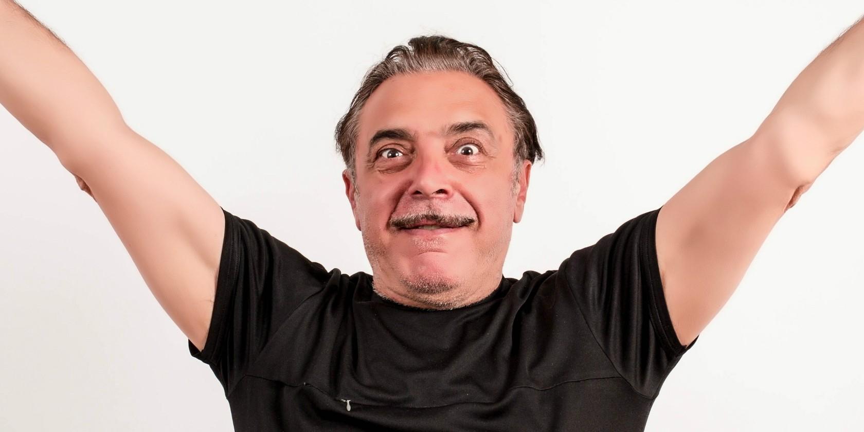 """Grande paura per Nino Frassica. L'attore siciliano, di origini messinesi, é stato colto da un malore improvviso dopo aver bevuto dell'acqua troppo fredda. Il malore lo ha costretto ad annullare lo spettacolo a Monteiasi. Malore improvviso, l'attore finisce in ospedale Nino Frassica, dopo essersi ripreso, ha rassicurato i suoi fan con un post su Facebook: """"Amiche e amiche stobbene benissimo,ieri in puglia con quel caldo ho bevuto una bevanda ghiacciata disgraziata e mi son sentito male. Una flebo (la flebo del sabato sera) all'ospedale di GROTTAGLIE (grazie a tutti) mi ha fatto sentire bene. non ho potuto esibirmi perchè tutto"""