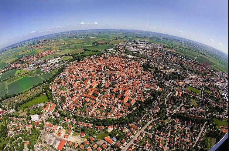 La città bavarese di Nördlingen, che è stata costruita 14 mila anni fa su un cratere da impatto di un meteorite