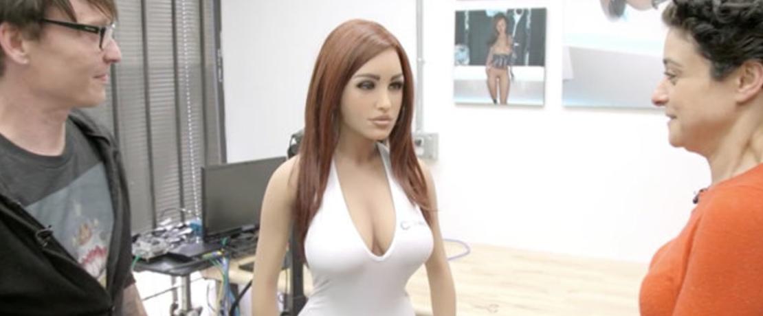 """Le caratteristiche I robot stanno diventando sempre più sofisticati, così come i sex toys ad alta tecnologia continuano ad accrescere la propria popolarità. I prodotti sono così avanzati che la gente si è addirittura innamorata dei propri giocattoli sessuali. Il """"Daily Star"""" riferisce che alcuni hanno intrapreso una relazione con i loro robot arrivando a sposarli. Secondo RealDoll, una società che sta dietro una serie di robot sessuali sorprendentemente realistici, gli amanti futuristici stanno salvando la vita agli uomini affetti da solitudine. Un portavoce della società ha dichiarato che l'uso più diffuso per i robot è quello di partner sessuale."""