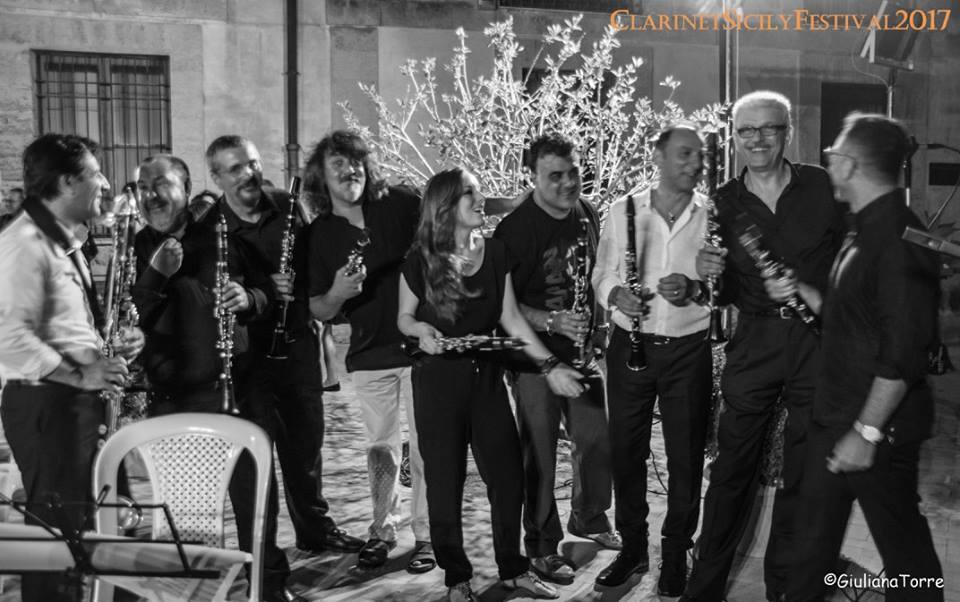 Clarinet Sicily Festival, Cefalú celebra Jimmy Giuffré ed i talenti made in Sicily –Siamo stati ospiti di questa bellissima manifestazione svoltasinei giorni 28, 29 e 30 luglio. La prima edizione del Clarinet Sicily Festival, nella bellissima cornice di Cefalú (Sicilia), è stato un vero successo e trionfo della musica. SFOGLIA LA GALLERY PER VEDERE LE FOTO Clarinet Sicily Festival, Cefalú celebra Jimmy Giuffré ed i talenti made in Sicily L'evento è stato studiato per mettere in risalto il clarinetto ed il suo repertorio. Uno strumento sonoro dall'animo romantico, classico, stradaiolo, brillante, popolare, jazz ed anche etnico. Versatile per via delle
