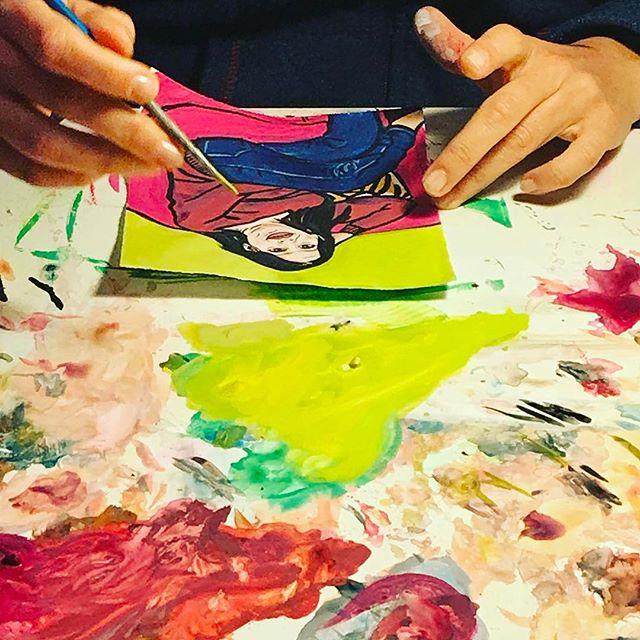 """Una poltrona da salotto, una tavolozza di colori tra libri d'arte e fumetti da sfogliare, uno spazio dove il confronto non si misura con le convenzioni, l'istantanea di un'emozione che solo la sensibilità di una artista che usa i chiaroscuri può cogliere appieno. Questa è la foto più vera di """"Ritratti della casa"""", la performance che in questi dieci mesi ha visto a lavoro Sandra Virlinzi (in arte Sdrina), classe 1973, una storia che si snoda tra Catania, Roma, Milano, New York e la voglia di dipingere con semplicità la complessità della vita. Cento volti, cento anime Cento volti, cento"""