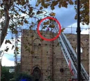 Uomo vestito da Spiderman sul tetto dell'Istituto delle Croci a Palermo