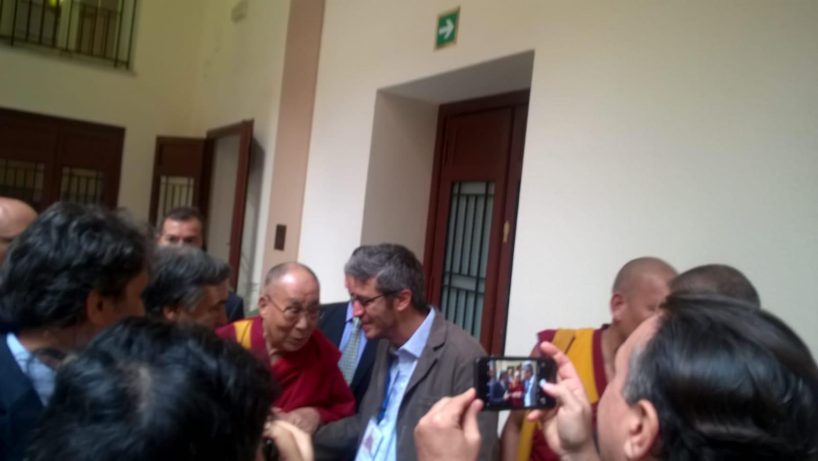 Il Dalai Lama all'uscita delle conferenza stampa
