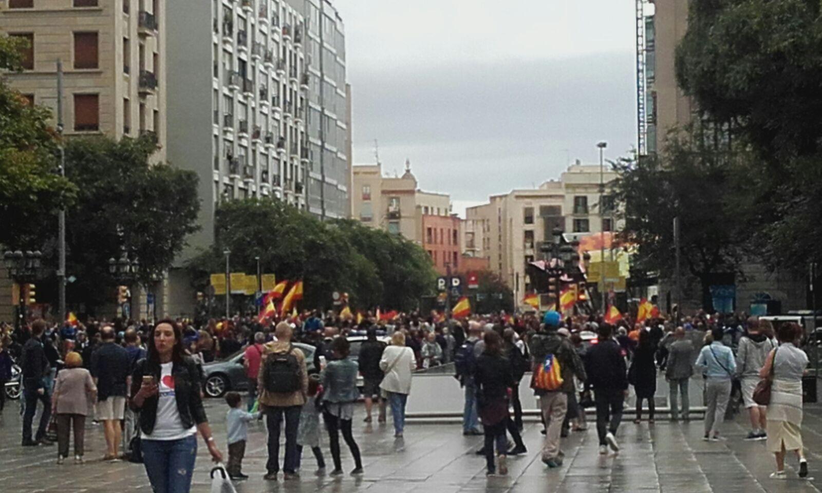 Per il referendum per l'indipendenza della Catalogna dalla Spagna non era previsto un quorum, ma intanto è emerso che oltre la metà dei catalani ha votato. Una soglia psicologica importante,dopo una giornata stata segnata dagli scontri tra i cittadini, molti dei quali con il garofano simbolo dell'indipendentismo, e la Guardia Civil. Il sindaco di Barcellona, Ana Colau,ha affermato che in Catalogna ci sono «più di 460 feriti per le cariche della polizia». Perchè la Catalogna chiede l'indipendenza «Vuoi che la Catalogna diventi uno Stato indipendente in forma di Repubblica?»: recita così il Referendum in Catalogna che rischia di creare un