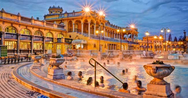 """Non è un caso che Budapest sia definita, la """"Parigi dell'Est"""". La città ha molti tratti in comune con la capitale francese e alcuni scorci riportano subito alle vedute di Parigi: c'è un fiume, che taglia la città e su cui si affacciano castelli e bei palazzi, e c'è una collina simile a Montmartre su cui arrampicarsi per godersi il panorama su tutta Budapest. Ma le analogie finiscono qui: per fortuna ha una propria identità e forse anche più di una. Non è un caso, che sia il risultato di tre città: Buda, Pest e Óbuda, unite dal Ponte delle"""