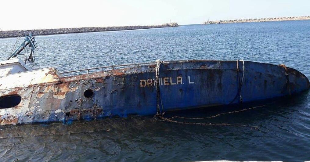 """Affondato peschereccio mazarese nel porto di Bengasi, in Libia. Si tratta del motopesca """"Daniela L."""", sequestrato da un gruppo di miliziani armati nell'ottobre 2012, in acque internazionali a 38 miglia dalle coste libiche con atto di vera e propria pirateria. Affondato peschereccio mazarese, informato premier Gentiloni La drammatica sequenza dei fotogrammi relativa all'affondamento, è stata recapitata oggi da Bengasi al presidente del Distretto della Pesca e Crescita Blu, Giovanni Tumbiolo (che dalle prime ore del sequestro ha seguito da vicino la complessa vicenda). Il numero uno del Distretto con una nota ha immediatamente informato, trasmettendo le dolorose immagini, il premier"""