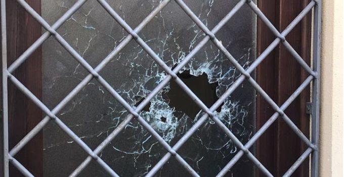 Spari a Pietraperzia contro un centro migranti. Alcuni colpi di arma da fuoco sono stati sparati contro i locali della casa canonica di via San Giuseppe a Pietraperzia, a Enna. Il centro, gestito dall'associazione