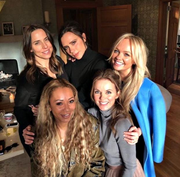 Spice Girls tornano insieme. Lo storico gruppo inglese tutto al femminileha annunciato lareunion, ma stavolta sul palco ci sarà ancheVictoria Beckham che in passato ha spessodeclinato l'invitodicendo di non essere più interessata ad esibirsi con il gruppo che 20 anni fa gli diede fama e successo.La signoraBeckhamfarà così parte dellareuniondelleSpice Girlsma si mormora che sul palco canterà rigorosamente in playback. GUARDA LE FOTO Spice Girls tornano insieme: un fenomeno musicale degli anni '90 Le Spice Girl nei sette anni insieme hanno realizzato 4 dischi e 11 singolidivenendo unfenomeno musicale degli anni 90.La prima volta delle Spice Girls fu