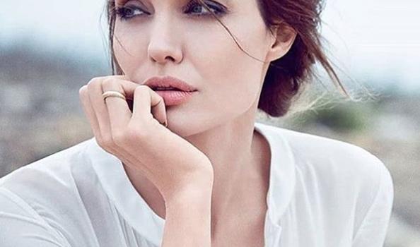 Angelina Jolie a Parigi. Una delle attrici più ammirate e amate del mondo ha deciso di andare a Parigi con i suoi figli, per mostrar loro il Louvre, ma anche per impegni di lavoro. Sembra che da quando sia finito il matrimonio con Brad Pitt la bella Angelina sia rinata
