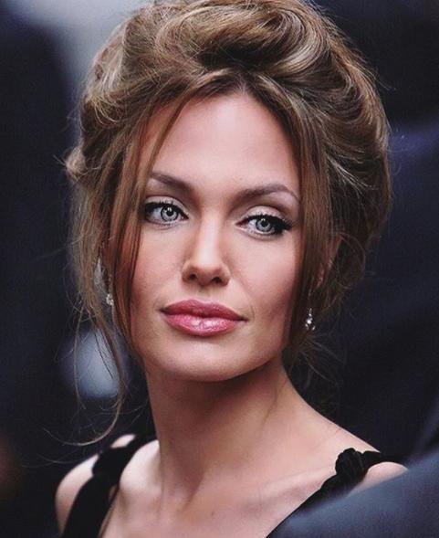 Angelina Jolie a Parigi. Una delle attrici più ammirate e amate del mondo ha deciso di andare a Parigi con i suoi figli,per mostrar loro il Louvre, ma anche per impegni di lavoro.Sembra che da quando sia finito il matrimonio con Brad Pitt la bella Angelina sia rinata, è apparsa in compagnia dei sei figli più bella ed elegante che mai. La Jolie è riuscita a mettere insiemeimpegni di lavoro (da oltre vent'anni ambasciatrice delle Nazioni Unite) e giri turistici.I figli che portano il cognome di entrambi(Jolie-Pitt), sono sei:Maddox, 16 anni, Pax, 14 anni, Zahara, 13, Shiloh, 11, e i