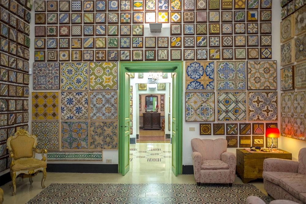 Notte alla casa museo stanze al genio per ammirare le maioliche
