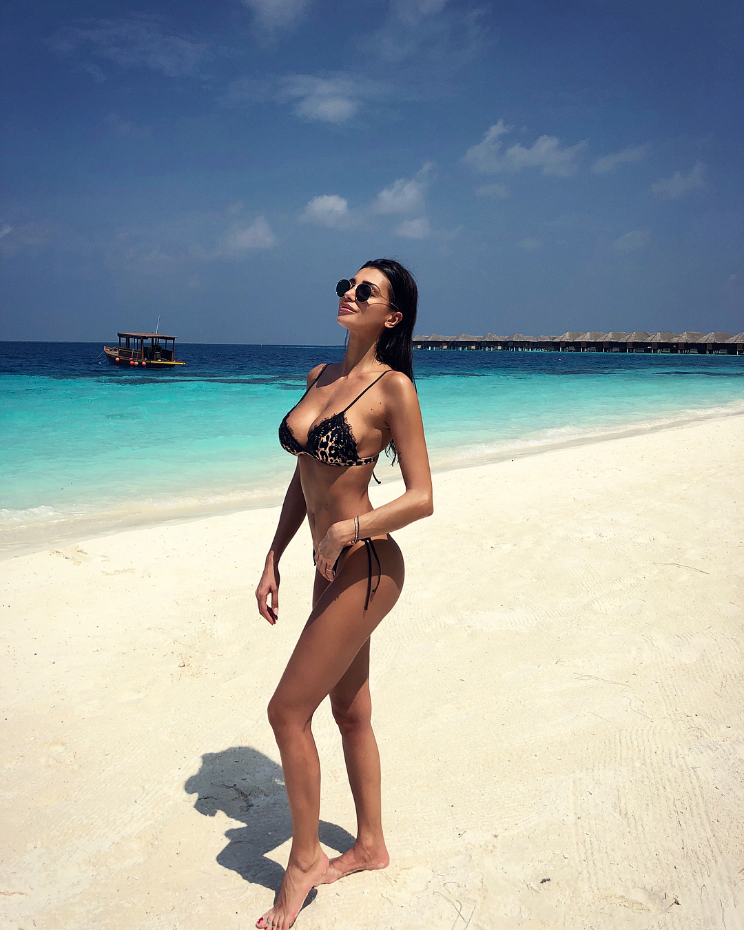 Le sorelle Buccino volano alle Maldive. Due delle tre bellissime sorelle buccino sono state beccate alle Maldive a sfoggiare curve mozzafiato, in realtà sono state le stesse sorelle a pubblicare sui loro profili social le foto della loro vacanza al caldo. Già da tempo battezzate le Kardashian italiane,le tre sorelle Buccino sono note per la loro bellezza prorompente. La più celebre è Cristina Buccino, modella da quando aveva 17 anni, ha partecipato all'Isola dei Famosi e ha avuto una relazione con Claudio D'Alessio e, pare, un flirt con Marco Borriello. L'esperienza di naufraga l'ha resa una star seguitissima sui social.