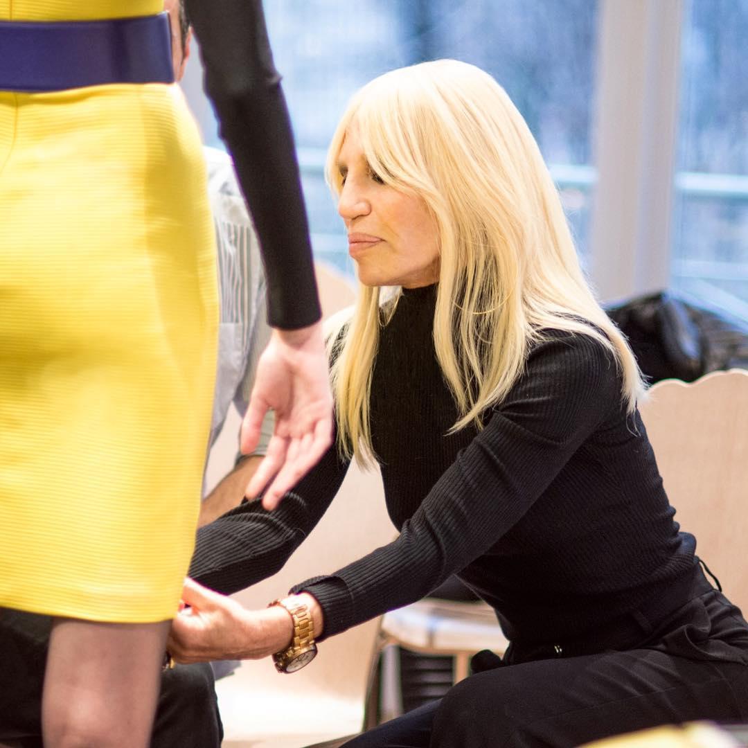 """Donatella Versace dice basta alle pellicce nelle sue collezioni. La celebre maison fondata daGianni Versace segue le orme diGuccie di molti altri marchi di moda.Un passo avanti verso una moda """"animalista"""" al cento per cento. Aconfermarlo è stata la stessaDonatella Versacedurante un'intervista rilasciata all'Economist:""""Pelliccia? Ne sono fuori. Non voglio uccidere animali per fare moda"""", ha annunciato la stilista. Versace, insomma, non creerà più capi fashion utilizzandopellicceanimali. GUARDA LE FOTO DELLA STILISTA Una cambio di rotta epocale per la casa di moda da sempre sinonimo di pelliccia. Il direttore della PETA, Mimi Bekhechi, ha commentato la notizia:""""Questa notizia è molto ben"""