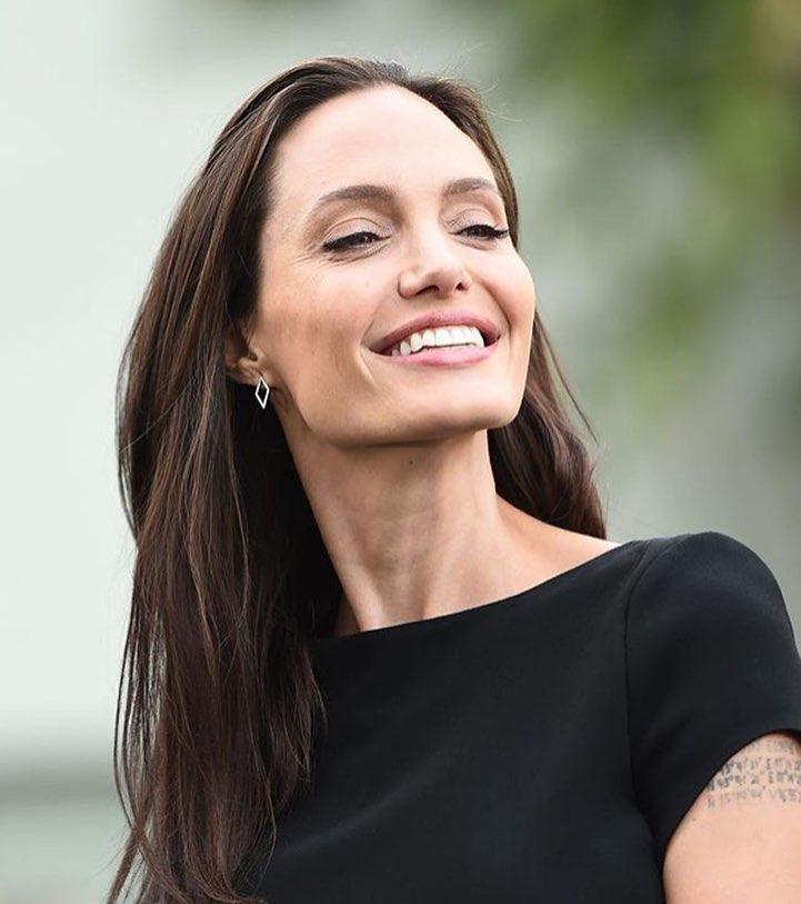 """Nuovo amore per Angelina Jolie.A rivelarlo èil sitoRadar Online,Angelina Jolieavrebbe una relazione con il collegaGarrett Hedlund. Secondo il sito l'ex signora Pitt starebbe flirtando con l'attore Garrett Hedlundche sembra averediverse somiglianze con Brad Pitt e il suo debutto al cinema è stato nella parte di """"Patroclo"""" nel colossal epico del 2004 """"Troy"""", in cui Pitt ha il ruolo da protagonista. Angelina e Garrett si sonoconosciuti sul set di""""Unbroken""""nel 2014, diretto dalla stessa Jolie, ai tempi ancora impegnata con l'ex marito. """"Si sono scambiati email, poi si sono dati un appuntamento a cena"""", ha raccontato una fonte al portale di"""