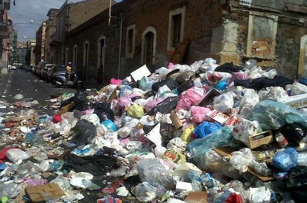 Rifiuti nelle strade a Catania