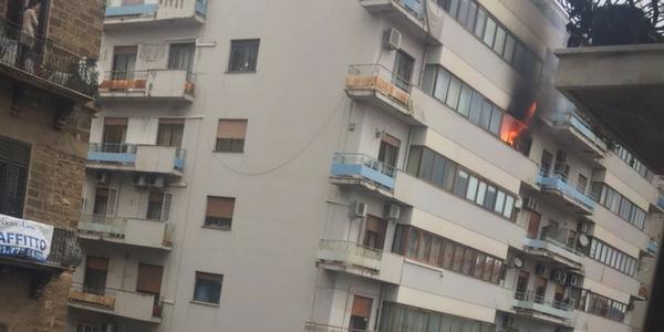 Incendio a Palermo, brucia un appartamento in via Enrico Albanese