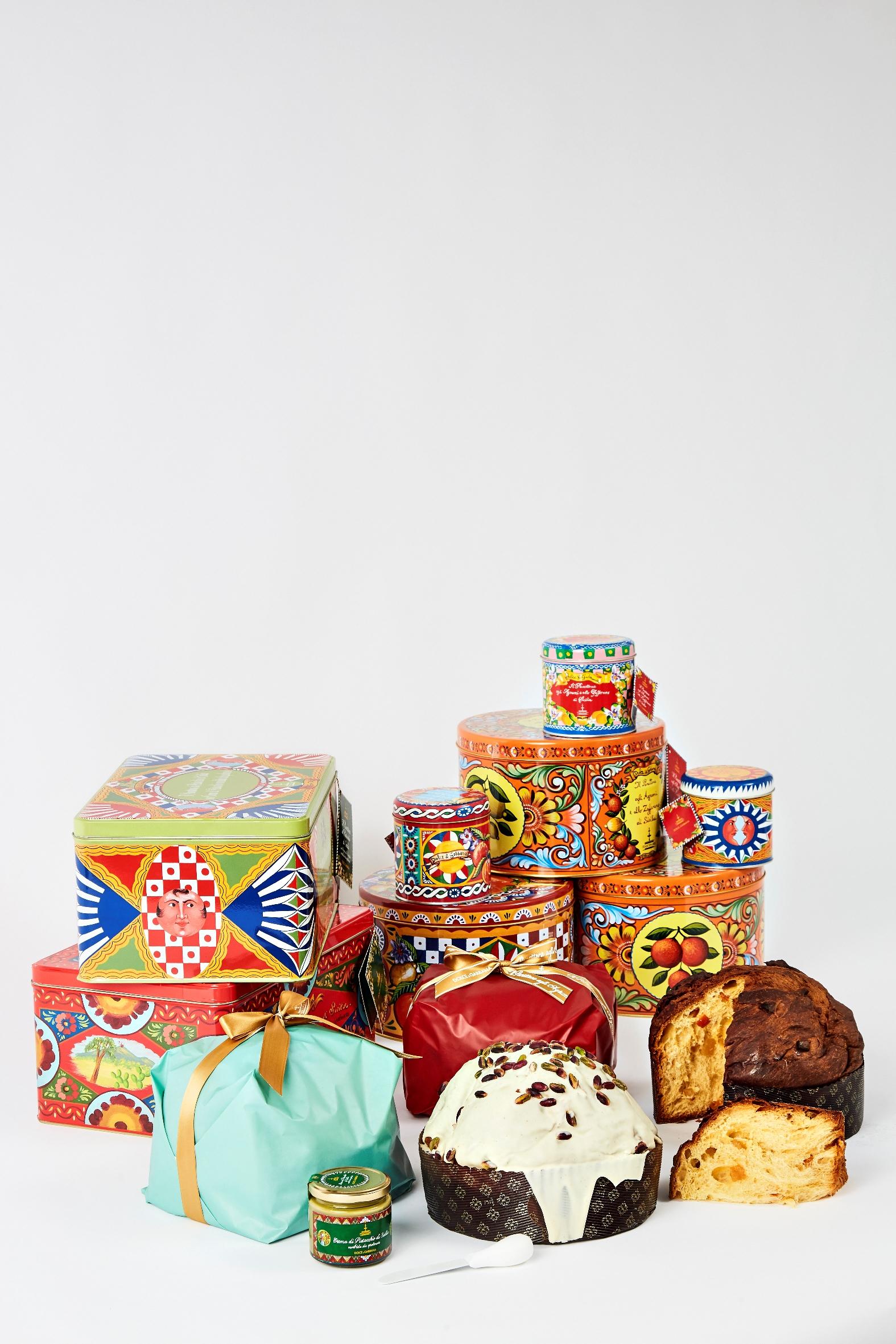"""Dall'incontro fra la creatività di Dolce&Gabbana e l'arte dolciaria di Fiasconaro nonpoteva che scaturire una ricetta unica: il panettone tipicamente milanese rivisitato con i sapori della Sicilia. Gli ingredienti comuni di questo straordinario connubio fra Nord e Sud sono ilrispetto della tradizione e il coraggio di sperimentare, alla ricerca della perfezione. Ma è stato soprattutto l'amore per il prodotto artigianale interamente """"Made in Italy"""", a fondere insieme l'eccellenza della moda e della pasticceria. Dolce&Gabbana e Fiasconaro: due nuove creazioni Nei prossimi mesi, questa magica combinazionetra Fiasconaro e Dolce&Gabbanaoffrirà ai gourmet più esigenti due originalissime dolci creazioni: il panettone da 1"""