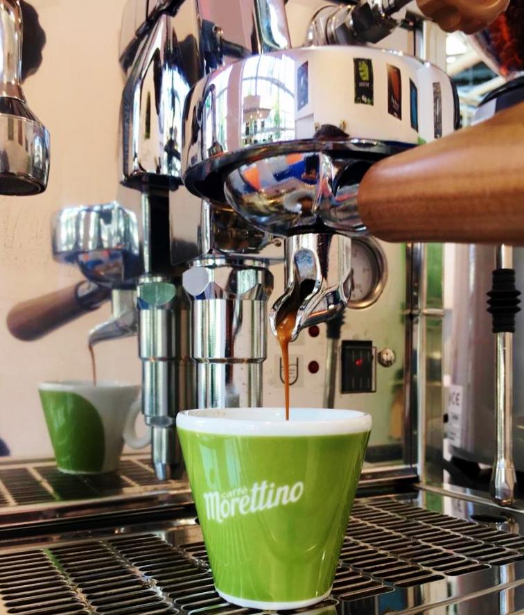 """Arriva il """"Bio Coffee Lab"""", un caffè che nasce dai migliori raccolti d'altura da agricoltura biologica e successivamente tostato artigianalmente ad aria calda pulita per rispettare la salute e la natura, preparato in tutte le forme e declinazioni: dalla tradizionale moka passando per l'espresso e i più moderni sistemi di estrazione a filtro. Bio Coffee Lab, appuntamento lunedì e martedì a Milano Il """"Bio Coffee Lab"""" verrà presentato lunedì 1 e martedì 2 ottobre a Milano, in occasione della Giornata internazionale del caffè e all'interno del calendario di eventi del MilanoCaffè, dalla torrefazione siciliana Morettino e Bioesserì. Appuntamento daBioesserì Brera"""
