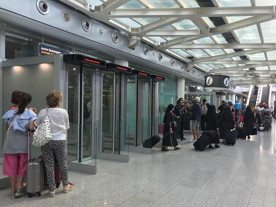 L'Aeroporto di Catania fa registrare un nuovo record: sono, infatti, oltre 5.000.000 i passeggeri che sono transitati, da maggio a settembre 2018, dall'Aeroporto di Catania. Il report dei cinque mesi estivi documenta infatti un traffico complessivo di 5.095.327 passeggeri, dato in crescita del 7,84% rispetto al periodo analogo del 2017, quando furono 4.724.815. Aeroporto di Catania, numeri positivi Nel dettaglio: nei cinque mesi estivi vola il mercato internazionale, con +18,15 presenze che si traducono in 2.103.315 passeggeri. Cresce anche il segmento nazionale: +1,61%, ossia 2.992.012 viaggiatori. Mentre il mese di settembre, con 1.034.687 passeggeri (+ 8,4%), registra un risultato storico: