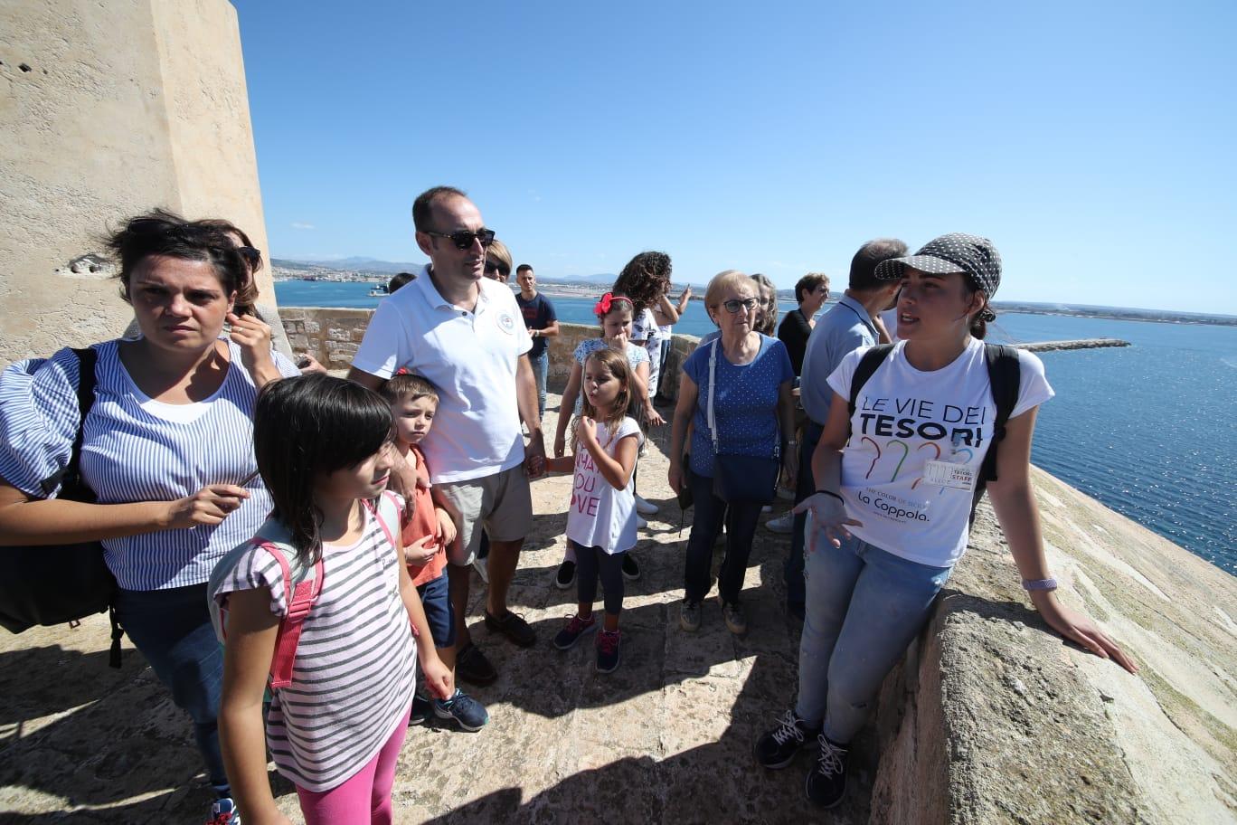 Otto città e oltre settantamila visitatori: il successo de Le Vie dei Tesori nelle sei province siciliane ha superato ogni aspettativa. Se nel primo weekend di programmazione si erano sfiorati i 18 mila visitatori ed era sembrato un bellissimo traguardo, e nel secondo finesettimana si erano toccate le 25 mila presenze, è il dato finale ad essere straordinario: 70.765 visitatori nei tre weekend del festival. Le Vie dei Tesori, i numeri Un successo straordinario per le Vie dei Tesori. Trapani(trascinata dalla Torre della Colombaia sempre esaurita) con 15.627 visitatori superaMessina che si ferma a 14.365, ma registra un exploit bellissimo