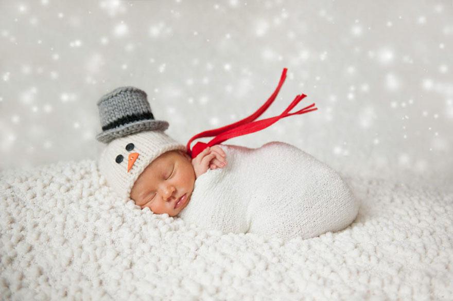 Natale è una festa magica per milioni di persone, ma è un momento, particolarmente, speciale per i bambini. Rimangonosvegli la notte della vigilia, in attesa che arrivi Babbo Natale con tutti i loro regali. Questi neonati, così adorabili, sono ancora piccoli per capirne la magia, ma sono pronti anche loro a festeggiare il loro primo Natale.